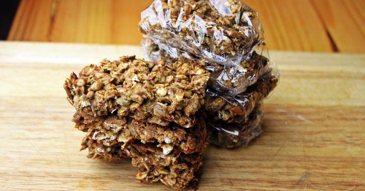 Como fazer barras de granola ricas em proteínas, mas com poucos carboidratos. Por que gastar dinheiro com barras de proteínas caras? Você pode fazer suas próprias barras com ingredientes que, provavelmente, já tem em casa. Faça uma fornada, corte em pedaços para servir, embrulhe conforme seu gosto e use-as como café da manhã ou fontes de energia. Sinta-se livre para adaptar a receita trocando o açúcar por molho de maçã sem ...