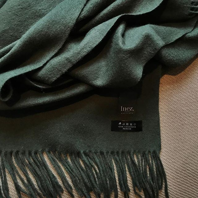 It's all about the details. Our 100% cashmere scarf in a festive color. This dark green scarf makes us want to rush home and sit around the Christmas tree  #InezCashmere . . . . #inezboutique#inez#inezamsterdam#amsterdam#amsterdamcashmere#luxury#luxurylife#luxurylifestyle#luxuryfashion#fashion#fashionstyle#fashiongram#fashionaddict#fashionpost#fashionphotography#fashiondesign#fashionlovers#scarf#scarvesfordays#scarfseason#scarfweather#green#christmas#christmastree#christmastime
