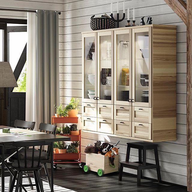 Ikke alle skap trenger bein å stå på.  #TORHAMN #kjøkkenfront #METOD #kjøkken #NORRARYD #stol #IKEA #IKEAkjøkken #IKEAinspirasjon #interiør #interiørdesign #interiørinspirasjon #GodDesignErMerEnnDetDUSer