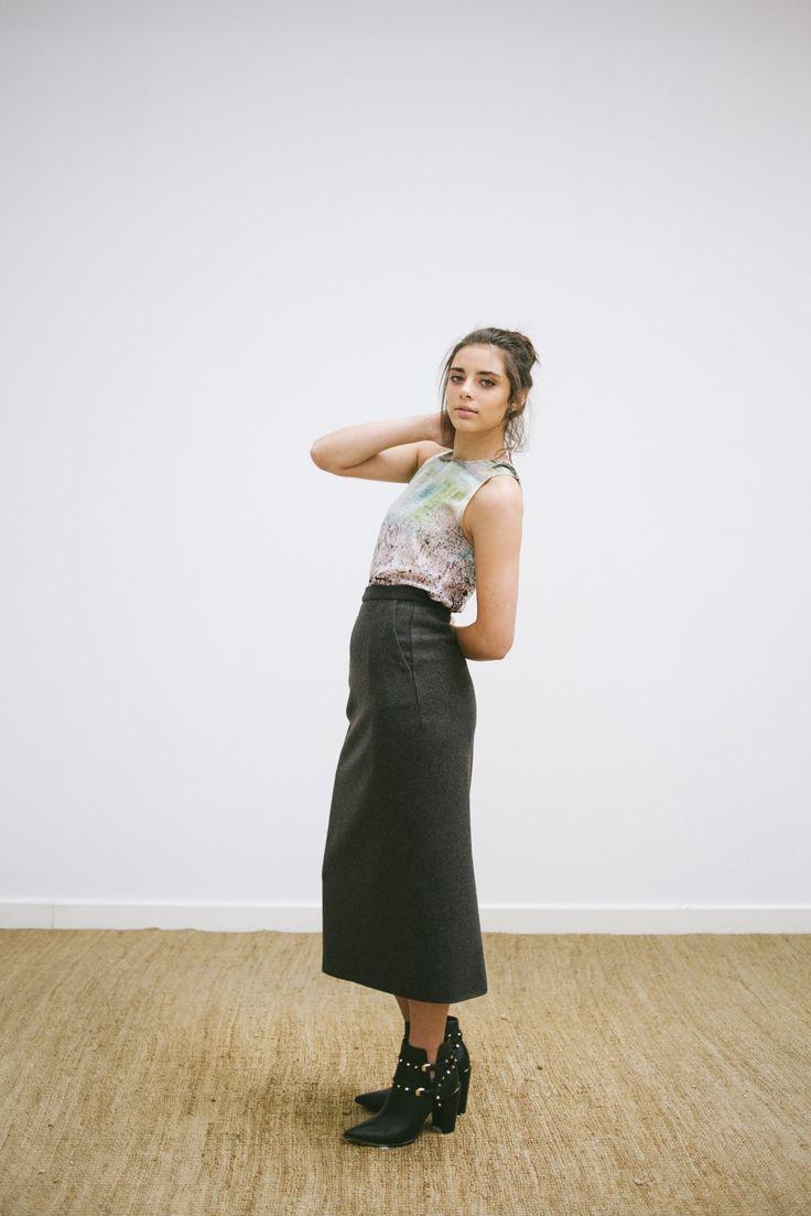 LOOK 7 -  catalogo - saia midi em lã - blusa em seda estampada -