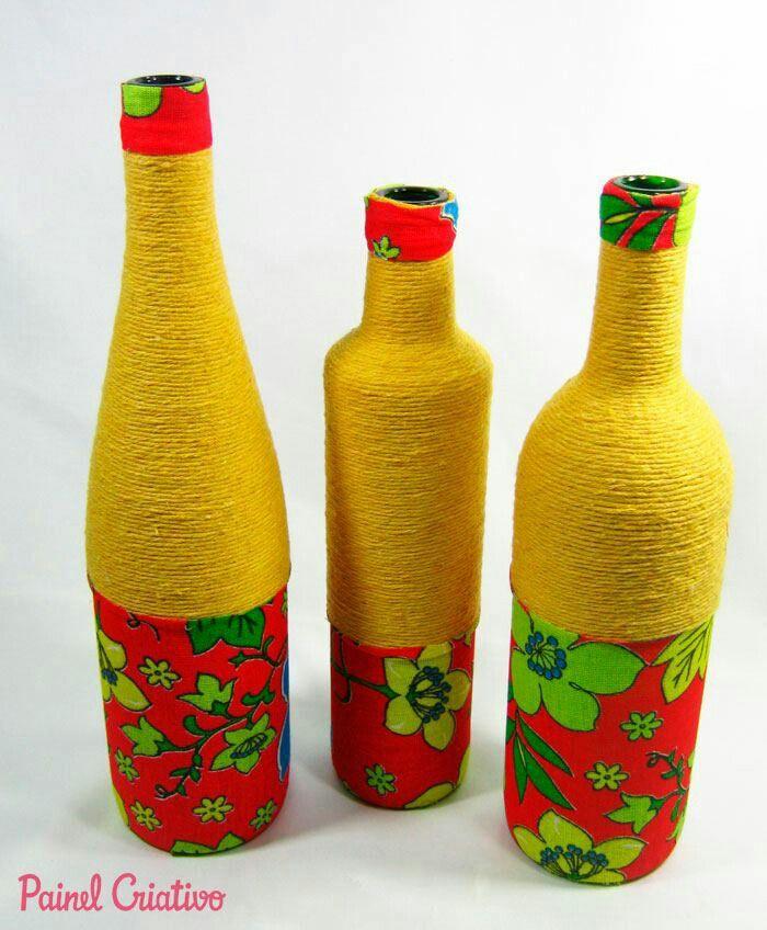 Botellas decoradas con cuerda y tela.