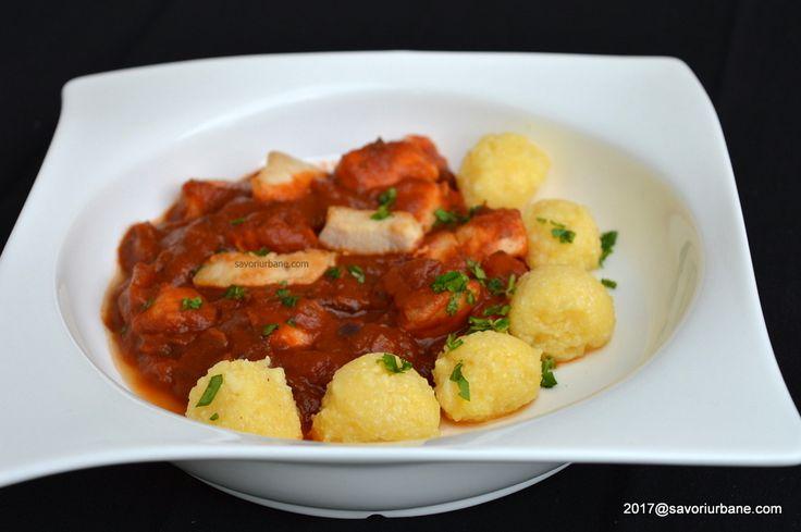 Piept de pui in sos de rosii cu mamaliguta. Bucatele fragede de pui cu sos de rosii cu usturoi, aromate si gustoase. O mancare ieftina si rapida la indemana