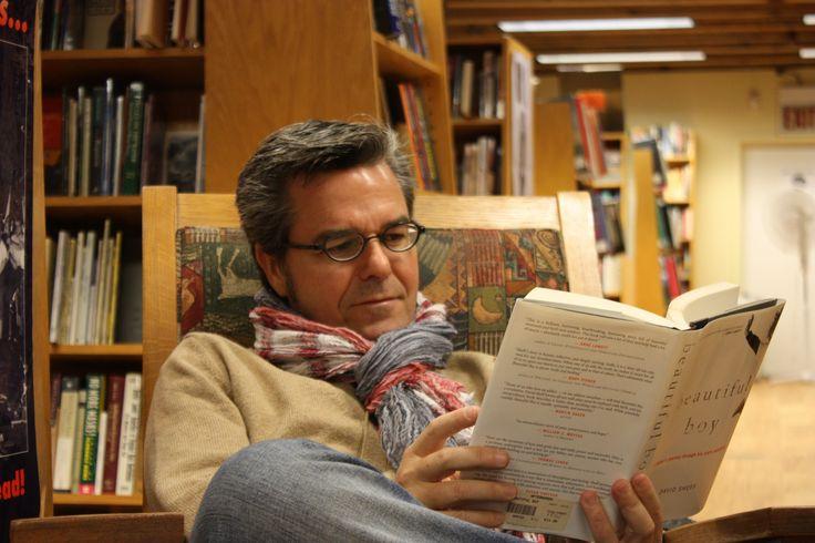 Javier Celaya leyendo un libro de papel :) en una librería física
