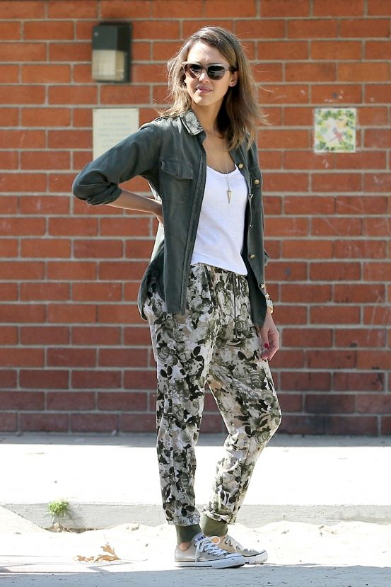 Zelfs op een lazy Sundayin het park blijft Jessica Alba haar eigen fashionable zelf.Nu kopiëren: deze coole army jacket, comfy bloemenbroek en All Stars.Te fris? Gooi er een kekke bodywarmer over en klaar zo!