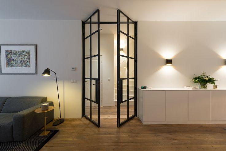 Dit woonhuis in Amsterdam is voorzien van prachtige deuren van GewoonGers. Een enkele scharnierdeur in de hal en een dubbele deur om de woonkamer te betreden. Allen op maat gemaakt. Bekijk dit project uitgebreider op de website of vraag meteen zelf een offerte aan. #GewoonGers #stalendeur #staal #poedercoating #poedercoat #glas #glaswand #interieur #interieurontwerp #interieurarchitectuur #home #woonhuis #wonen #design #industrieel #ontwerp #maatwerk #custommade  #vintage  #living #woonkamer