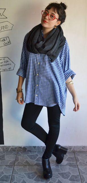 Calça skinny preta; Camisa oversize xadrez azul; Bota tratorada preta Bottero; Cachecol oversize cinza Forever 21