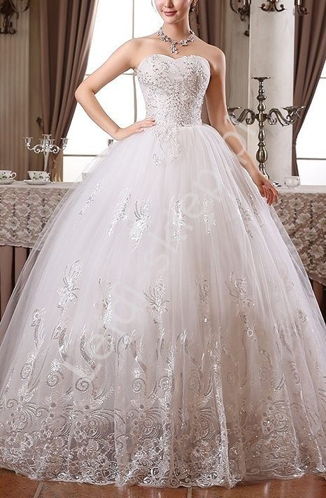 Suknia ślubna bogato zdobiona haftami, cekinami i koralikami