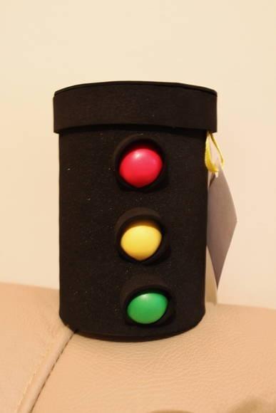 """Peça em formato de semáforo, confeccionada em papel Paraná e revestida com E.V.A. Tampa removível. Pode ser usada como cofrinho ou sacolinha surpresa. Sugestão para festa do tema """"Carros"""". R$ 6,00"""