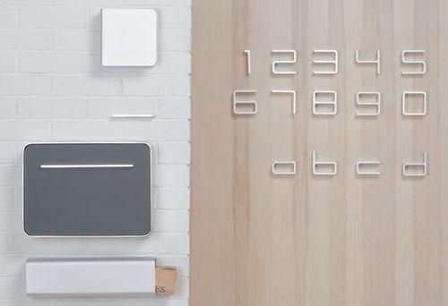 Entrance Serie von Authentics mit Briefkasten, Zeitungsrolle, Namenschild, Außenleuchte und Hausnummern