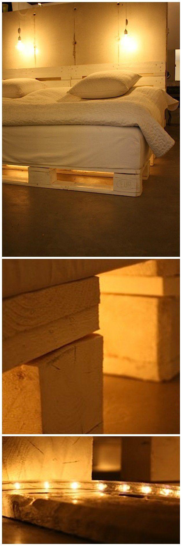 hvid seng af eu-paller med lys under og med hovedgærde