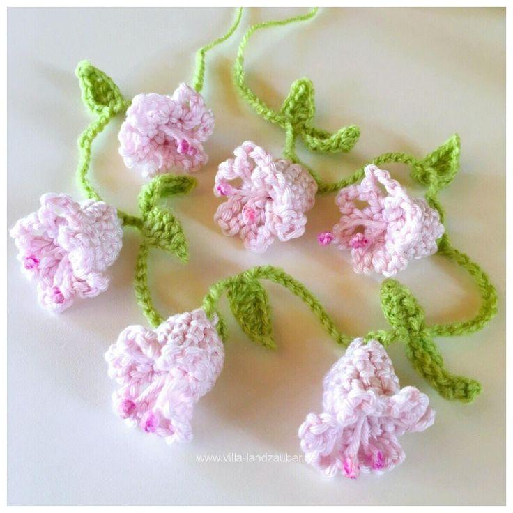 Hallo meine Lieben! Wie versprochen gibt es heute das DIY für eine Blumenkette. Eine umhäkelte Lichterkette aus den gleichen Blumen ist auch mit im Gepäck. Als erstes zeige ich Euch …