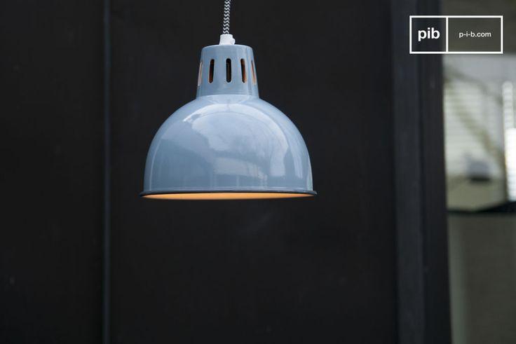 Le belle finiture blu del lampadario Snöl brilleranno sul vostro soffitto portando un tocco di colore ai vostri interni. Il cavo di alimentazione è ricoperto da una treccia di tessuto con un motivo a zig zag in bianco e nero.