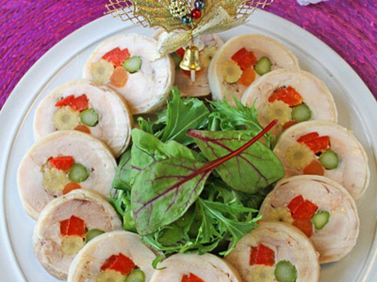 クリスマスカラーの野菜を鶏肉で巻いてリース仕立てに盛り付けたクリスマスチキンロール。圧力鍋で蒸しているので温でも冷でも柔らかジューシー!前日仕込んで当日切るだけなのでおもてなしにもピッタリです。