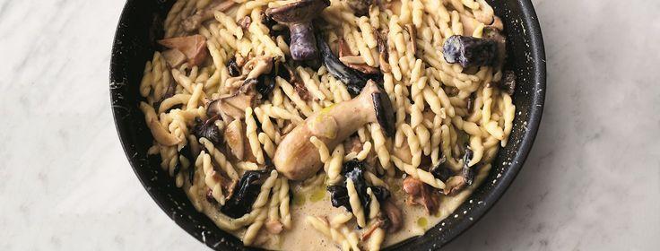 Het recept voor deze pasta met paddenstoelen en knoflook komt uit het boek 5 ingrediënten van Jamie Oliver. Supermakkelijk en in 16 minuten op tafel!