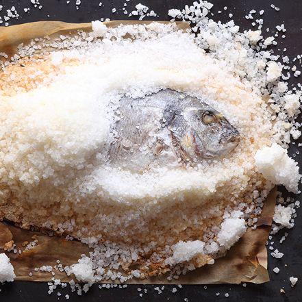 Dorade in der Salzkruste