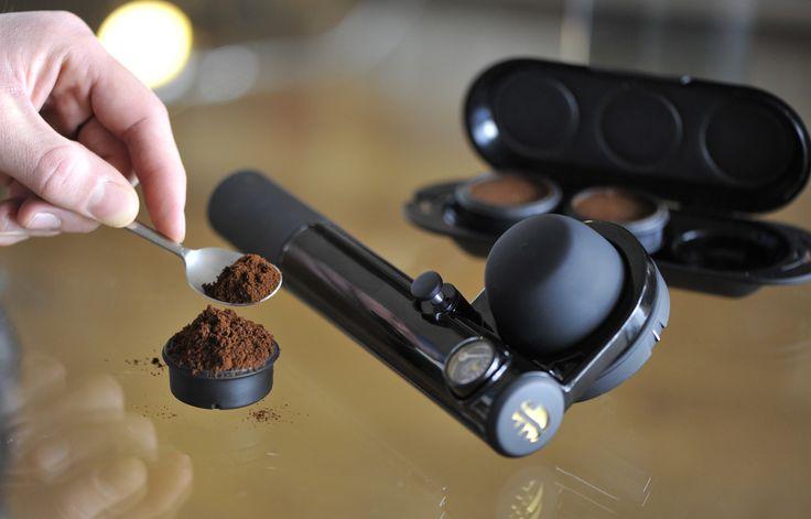 Préparez vos doses de café et dégustez votre expresso partout !   Prepare your ground coffee and drink your espresso anywhere!