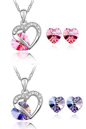 Este set de corazones entrelazados trae  aretes y caja. Además podrás elegir entre colores como el purpura, azul claro, rosa y violeta.  Largo de cadena: 45 cm