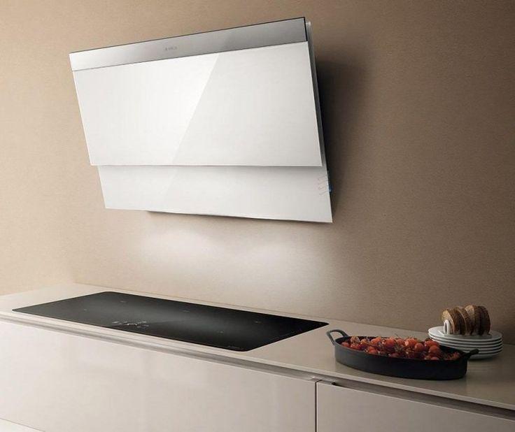 hotte décorative murale en blanc dans la cuisine équipée avec une plaque de cuisson encastrable