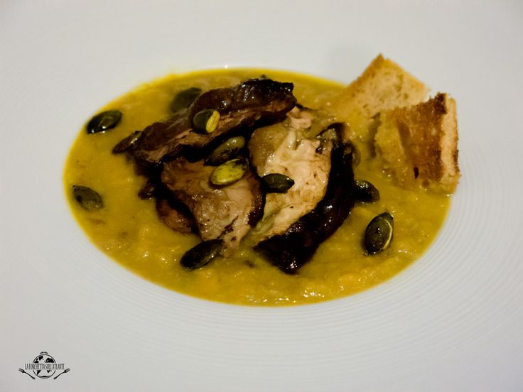 Una calda, saporita e nutriente vellutata di zucca e funghi porcini. Cosa c'è di meglio in una serata autunnale?