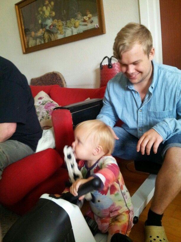 Fenja med hendes sutteklud og onkel Dan
