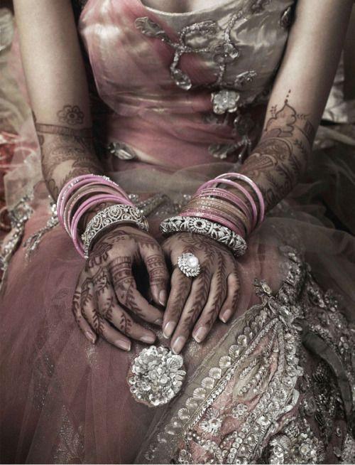Mehndi hand patterns  Robe en voile, mains avec du henné marron, bijoux, hidou indienne indien