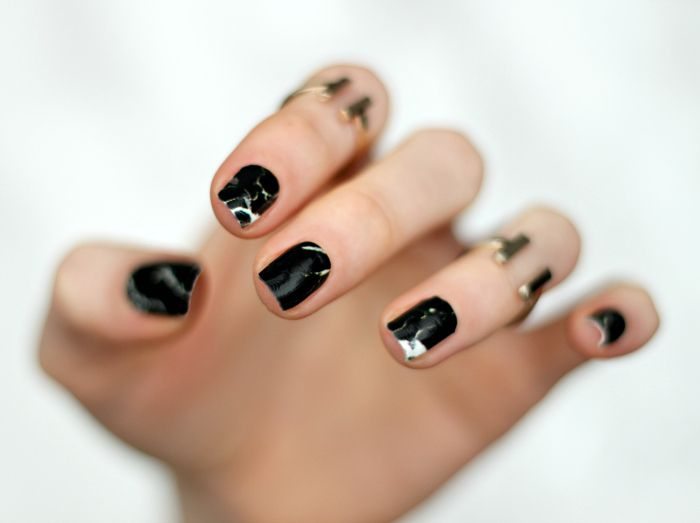 Black marbled nailart
