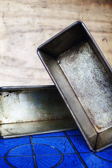 Don't toss those rusted bread loaf tins. You can easily remove the rust with a little olive oil, some baking soda, water and a scourer.