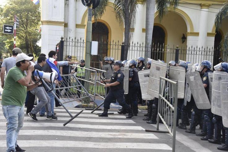 Protestas tras violación de la Constitución Nacional - Fotos - ABC Color