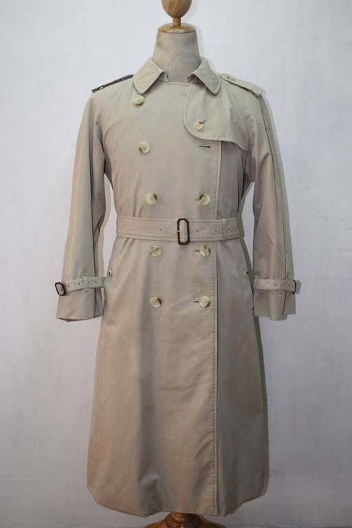 Though you have a lot of ways by which you can avoid getting drenched in rain, stylish trench coats for men are one of the desired ways to stay smart while it is raining. Though you have an option to carry an umbrella, it is a good choice to wear a trench coat on top of your suit to look striking.