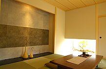 和室の天井が木目なら、赤めより黄色の明るめが好きだな。画像:和モダン