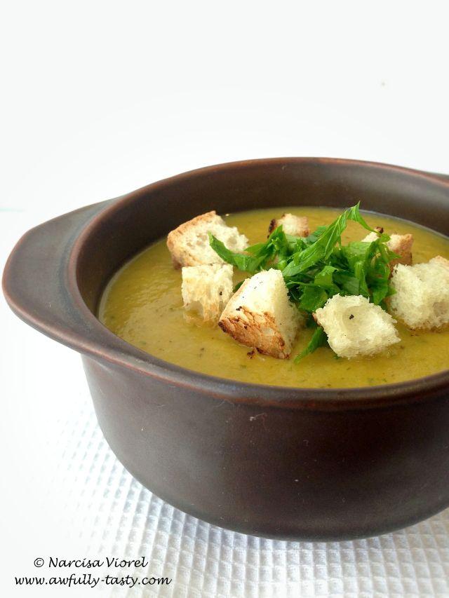 Supa crema de fasole pastai galbena cu aroma de usturoi.  Yellow bean pods soup with garlic and parsley. Vegan dish.