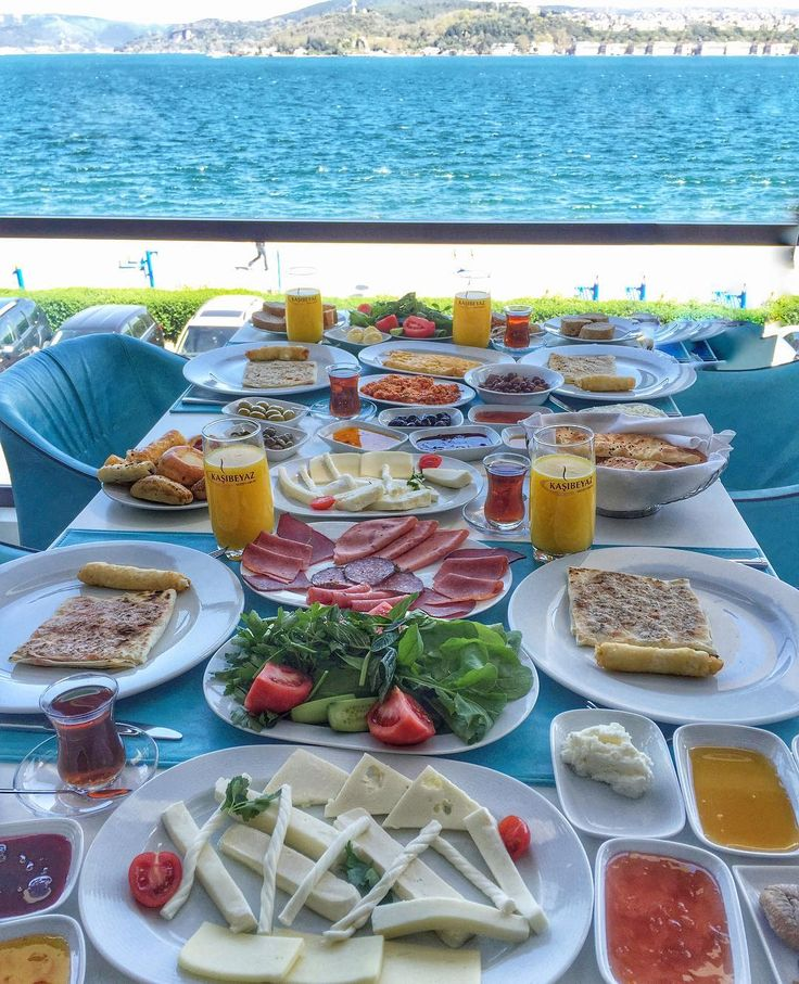 Pazar kahvaltım masmavi deniz manzarasına karşı olsun diyenler  Yeniköy'deki Kaşıbeyaz Bosphorus'ta bu kahvaltı  haftanın 7 günü kuruluyor haftasonları ise tatlı açık büfesi de ekleniyor Bu kahvaltıyı diğer manzaralı kahvaltılardan da farklılaştıran ise finalde gelen Katmer kesinlikle İstanbul'da yediğimiz en iyi katmerlerden.(oy birliği ile karar verdik ) Dayanamayıp ikinci katmeri istedik  Bugün neler yapıyoruz nereleri keşfediyoruz detayları için snapchat:@gezenlerkulubu  Hafta İçi…