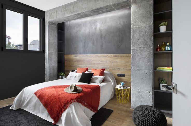 Dormitorio con pórtico de hormigón