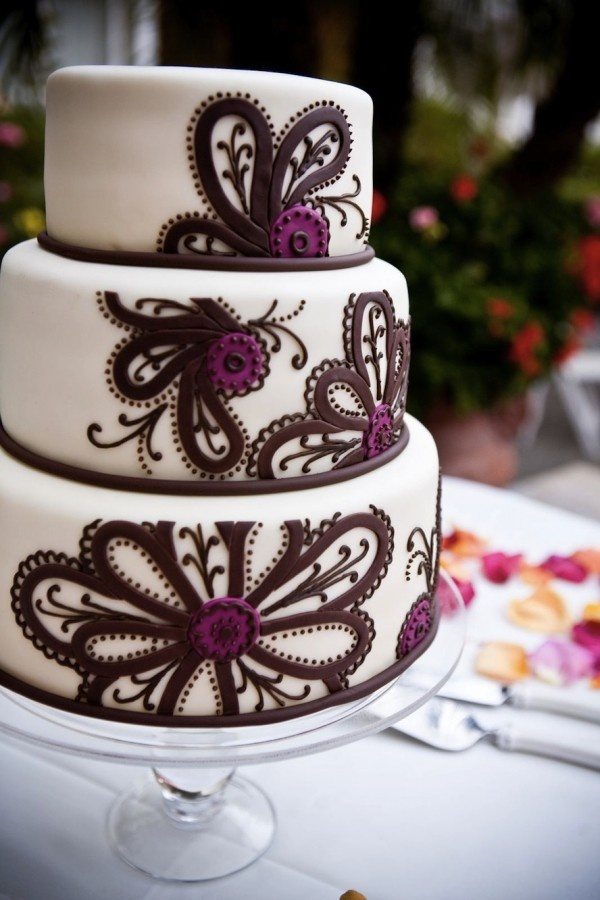 Love this...but I think White design on Ivory fondant would be even more beautiful...and maybe gold or silver centers