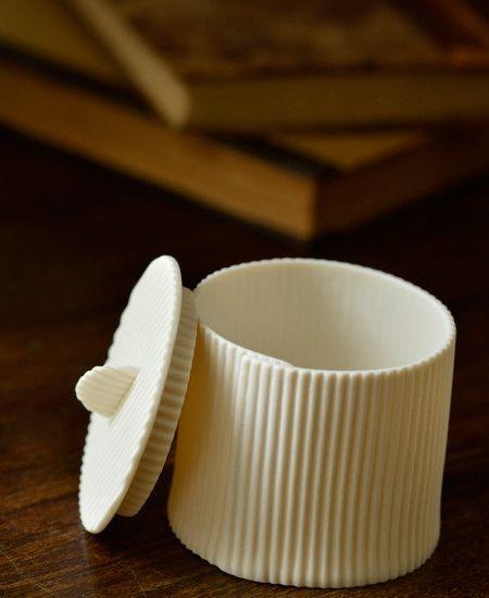 まるでダンボール紙工作のようなシュガーポット。ひとつひとつが手作りできれいな丸ではないところが、とても良い味です。マットな仕上がりで素朴な仕上がりも魅力的。大切な人へのおもてなしに、そっと出してみてください。かわいい!と声があがること間違いなしです。同じデザインのカップ&ソーサーもご紹介中です。 ※18世紀から伝わる伝統的な高温で焼かれたBiscuit de porcelaine(ビスキュイ・ドゥ・ポーセリン)という手法で焼かれているので、華奢に見えて実はとても丈夫ですが、念のため電子レジや食器洗浄機の使用は控えて下さい。 ※ウェディングの引き出物やショップでの利用など、まとまった数でのご購入希望の方は、追加作製が必要な場合もございますので日数に余裕を持ってご相談ください。 made in france size : about 6.8 x 6 cm material : porcelaine BRANDS Fanny...