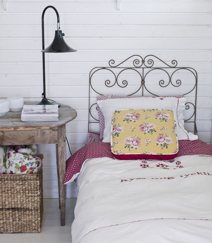 great night stand table: Irons Beds, Guest Bedrooms, Shabby Chic, Interiors Design, Vintage Bedrooms, Beds Frames, Guest Rooms, Bedrooms Ideas, Summer Houses