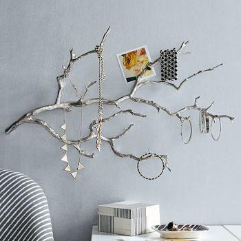 木の枝に色を塗って壁に掛けて、ディスプレイするよう