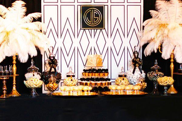 Si quieres festejar un hecho importante inspirándote en los sofisticados años 20; los escenarios del largometraje El Gran Gatsby son perfectos para ti y es que desde el estreno de la novela homónima en 1925 hasta la última película adaptada de 2013 ha causado  furor no solo por sus decoraciones impactantes sino por los innovadores y elegantes atuendos de gala.