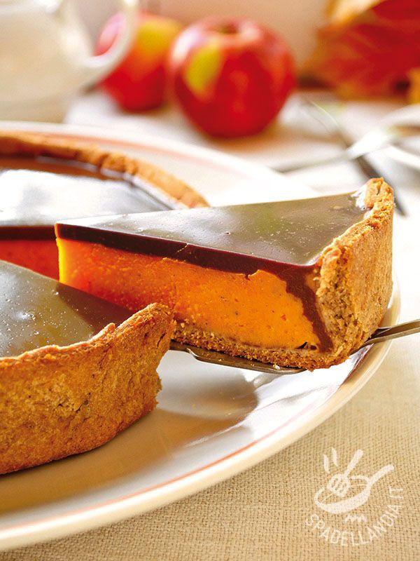 Mascarpone tart with peaches and chocolate - La Crostata di mascarpone alle pesche e cioccolato, un dolce cremoso e goloso: una ricca farcitura di mascarpone e pesca ricoperta da cioccolato.