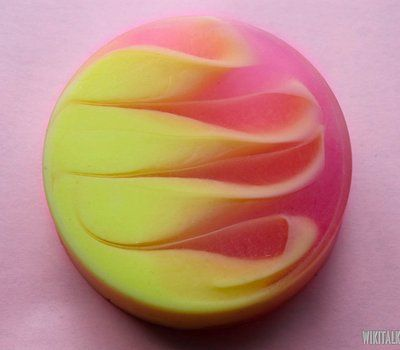 "How to make strawberry-banana soap from base for swirls ""Crystal Suspending""."