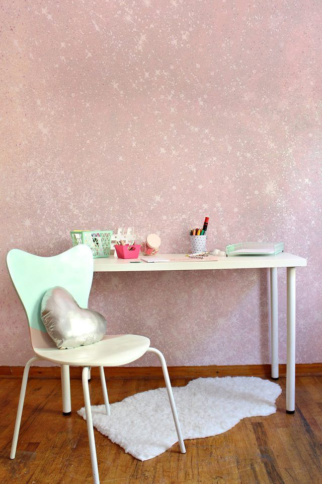 Adding glitter to your wall is such an easy way to jazz a space up and its totally customizable! All you need is glitter in any color and Mod Podge.