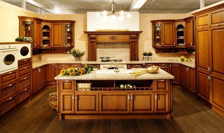 rustikalna kuchyna HANAK na mieru, ukazka klasickej velkej kuchyne s vyraznymi prvkami, zvlastnymi kazerovymi dvierkami a dominatnym ostrovom v tmavej dyhe
