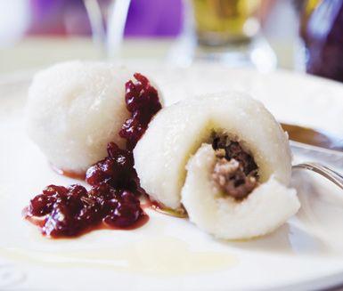 Kroppkakor är klassisk svensk husmanskost när den är som bäst! Dessa kroppkakor med rimmat sidfläsk är en smaksensation som blir väl värd tiden i köket! Servera kroppkakorna med lingonsylt och skirat smör.