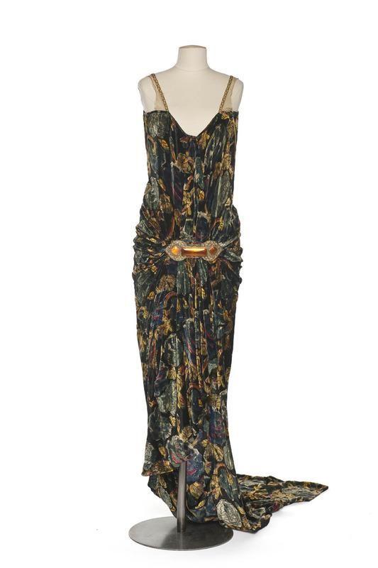 Robe longue  Création :   Callot Soeurs , maison de couture  Paris  1927 (vers)  Matières et techniques :   Panne de velours imprimée, tulle de soie, broderie de perles de verre