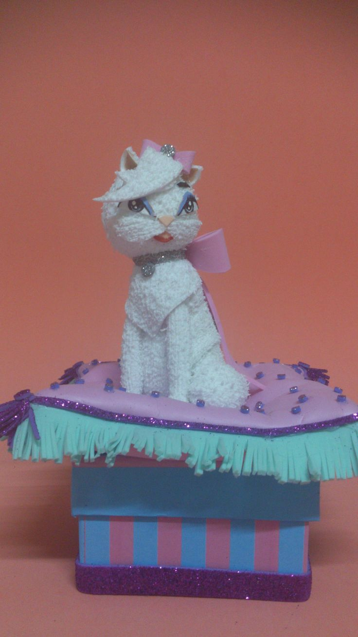 La gatita presumida. realizado en goma eva sobre caja de cartón que sirve de joyero.