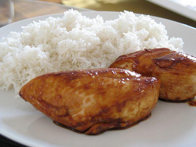 La ricetta del pollo teriyaki è un secondo piatto della cucina giapponese facile da preparare al contrario di molte altre ricette come il sushi. L\'importante è la preparazione di una buona salsa a base di sake, salsa di soia, mirin e zenzero grattugiato.