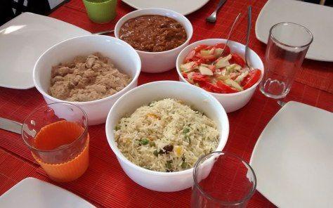 Almuerzo indio con amigos: Murgh Shahi Korma, Rogan Josh, arroz basmati y ensalada