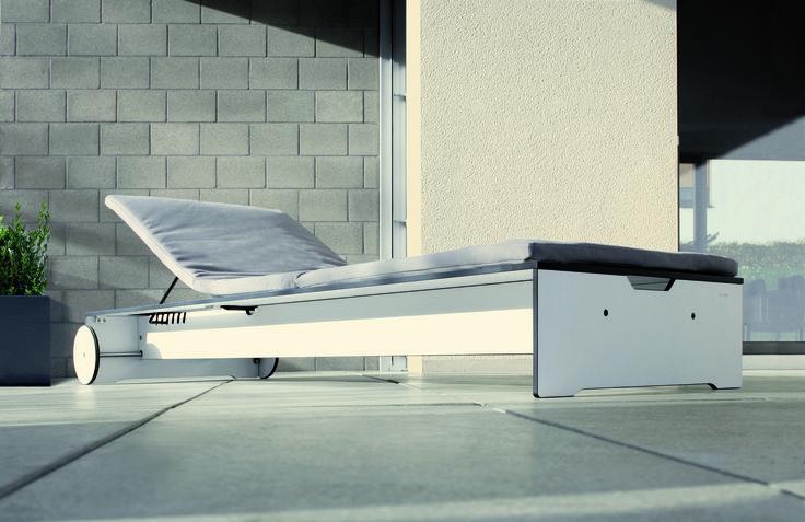 Komfortowy leżak Riva jest wyposażony w 6 stopniową poziomą regulację zagłówka i poduszkę, która dzięki odpowiednim zamocowaniom nie będzie się zsuwała z leżaka i zapewni wyśmienity komfort wypoczynku.