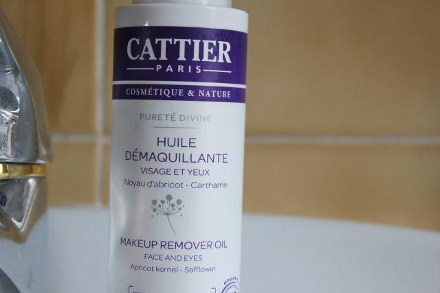 Huile démaquillante BIO CATTIER http://www.ayanature.com/fr/nettoyants-et-demaquillants-bio/262-huile-demaquillante-bio-waterproof-purete-divine-cattier.html