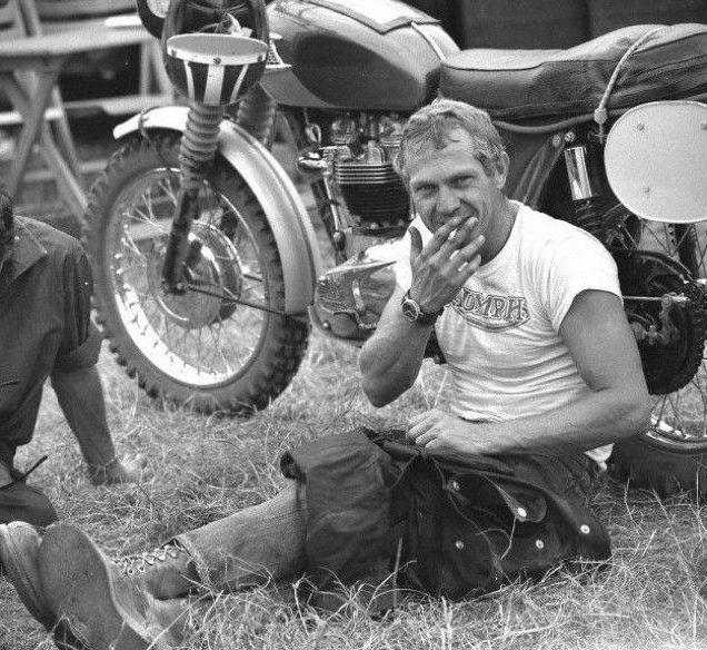 Steve McQueen jeans, botas e camiseta